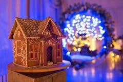 圣诞节姜饼给上釉的节假日安置放置结构树妇女的准备 欧洲圣诞节假日传统 在背景的诗歌选蓝色光 Xmas假日甜点 免版税库存照片