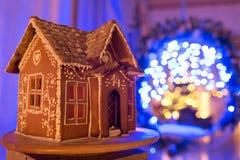 圣诞节姜饼给上釉的节假日安置放置结构树妇女的准备 欧洲圣诞节假日传统 在背景的诗歌选蓝色光 Xmas假日甜点 库存图片