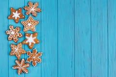 圣诞节姜饼雪花曲奇饼在明亮的蓝色设置了  库存图片