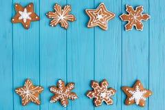 圣诞节姜饼雪花曲奇饼在明亮的蓝色设置了  免版税库存照片