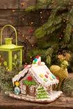 圣诞节姜饼给上釉的节假日安置放置结构树妇女的准备 欧洲圣诞节假日传统 库存图片