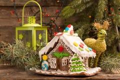 圣诞节姜饼给上釉的节假日安置放置结构树妇女的准备 欧洲圣诞节假日传统 免版税图库摄影