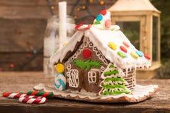 圣诞节姜饼给上釉的节假日安置放置结构树妇女的准备 欧洲圣诞节假日传统 库存照片
