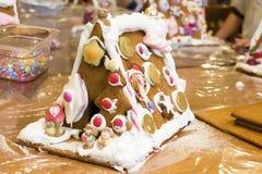 圣诞节姜饼给上釉的节假日安置放置结构树妇女的准备 免版税库存照片