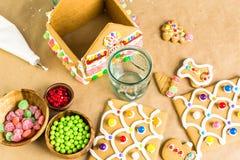 圣诞节姜饼给上釉的节假日安置放置结构树妇女的准备 免版税库存图片