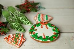 圣诞节姜饼绘了结冰和葡萄酒手工制造玩具 免版税库存照片