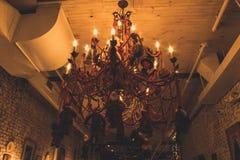 圣诞节季节的一盏装饰的枝形吊灯 免版税库存照片