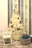 圣诞节孩子与树礼物的装饰内部 库存图片