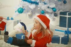 圣诞节孩子或小男孩xmas树的,当前箱子 免版税库存照片