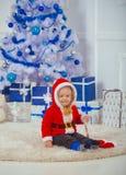 圣诞节孩子或小男孩xmas树的,当前箱子 免版税库存图片