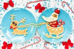 圣诞节孩子的乐趣食物,滑稽的早餐想法-创造性的平底锅 免版税图库摄影