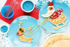 圣诞节孩子的乐趣食物,滑稽的早餐想法-创造性的平底锅 图库摄影