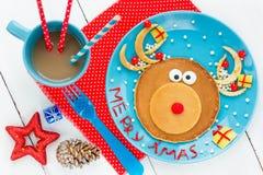 圣诞节孩子的乐趣食物-圣诞老人creativ的驯鹿薄煎饼 图库摄影