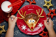 圣诞节孩子的乐趣食物 驯鹿薄煎饼早餐 免版税库存照片