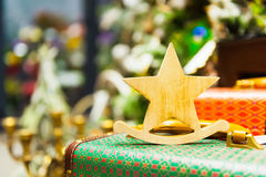 圣诞节它在一个减速火箭的手提箱灼烧的蜡烛站立的杉树戏弄老木星,箱子,球,杉木锥体 免版税库存照片