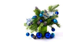 圣诞节安排丝绸一品红,蓝色中看不中用的物品,拷贝空间 库存照片
