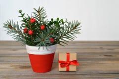 圣诞节安排和圣诞节礼物 免版税库存照片