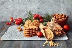 圣诞节安排用杏仁叶子曲奇饼、杏仁和cinn 库存图片