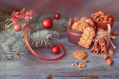 圣诞节安排用杏仁在土气木头的叶子曲奇饼 库存图片