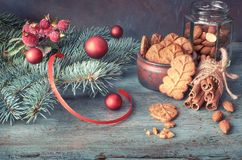 圣诞节安排用杏仁在绿色和红色的叶子曲奇饼 免版税库存照片