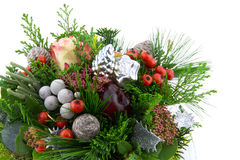圣诞节安排用红色莓果和装饰品 免版税库存图片