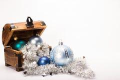 圣诞节宝物箱Xmas球装饰 免版税库存图片