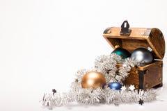 圣诞节宝物箱Xmas球装饰 免版税库存照片