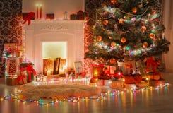 圣诞节室室内设计,在诗歌选的装饰的树点燃 免版税图库摄影