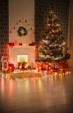 圣诞节室室内设计,在诗歌选的装饰的树点燃 免版税库存照片