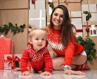 圣诞节家庭母亲和小小孩在土气工艺哄骗前 免版税库存照片