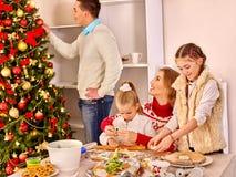 圣诞节家庭滚动在厨房Xmas党的晚餐孩子面团 库存图片