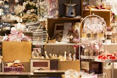 圣诞节家庭装饰在商店 库存图片