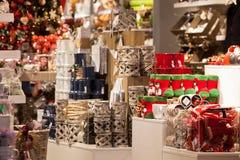 圣诞节家庭装饰在商店 免版税图库摄影