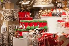 圣诞节家庭装饰在商店 免版税库存照片