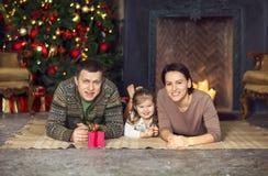 圣诞节家庭画象在家庭假日客厅 免版税库存照片