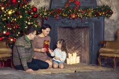 圣诞节家庭画象在家庭假日客厅 免版税库存图片