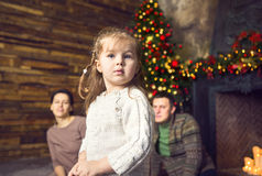 圣诞节家庭画象在家庭假日客厅 库存照片