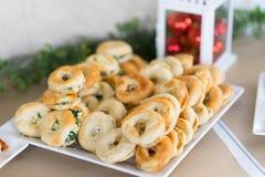 圣诞节小圆面包喜欢与veggy的在树和红色的berger和鸡 免版税图库摄影