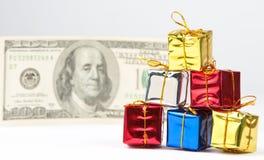 圣诞节小礼品的货币 免版税库存照片