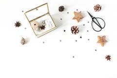 圣诞节工艺构成 丝绸丝带和圣诞节球在金黄玻璃箱子 葡萄酒剪刀,杉木锥体,银 图库摄影