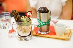 `圣诞节巧克力圆顶`用焦糖调味汁 免版税库存照片