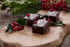 圣诞节巧克力糖和红色莓果 免版税库存图片