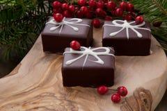 圣诞节巧克力糖和红色莓果 库存图片