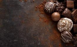 圣诞节巧克力饼干和果仁糖在一块黑暗的石平板wi 免版税库存图片