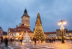 圣诞节市场和装饰树在布拉索夫镇,特兰西瓦尼亚,罗马尼亚的中心 库存照片