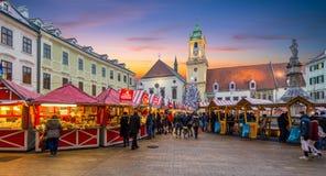 圣诞节市场在日落的布拉索夫大广场,斯洛伐克 库存图片