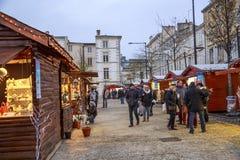 圣诞节市场在欢乐的期间供营商期间的晚上从临时木瑞士山中的牧人小屋卖 图库摄影