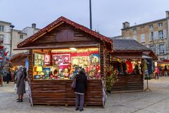 圣诞节市场在欢乐的期间供营商期间的晚上从临时木瑞士山中的牧人小屋卖 库存图片
