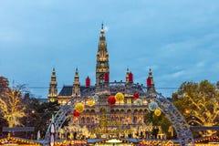 圣诞节市场在维也纳,奥地利,欧洲在晚上 库存图片