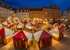 圣诞节市场在雷根斯堡在晚上 免版税库存图片